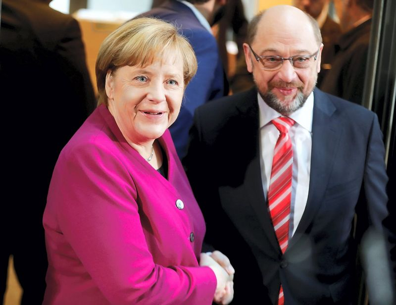 Angela Merkel, Vokietijos krikščionių demokratų lyderė ir Martinas Schulzas, šalies socialdemokratų vadovas. Hannibalo Hanschkės (Reuters / Scanpix) nuotr.