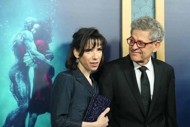 """Aktorė Sally Hawkins ir redaktorius Sidney Wolinsky filmo """"Vandens forma"""" premjeroje Los Andžele. Davido McNew (""""Reuters"""" / """"Scanpix"""" nuotr.)"""