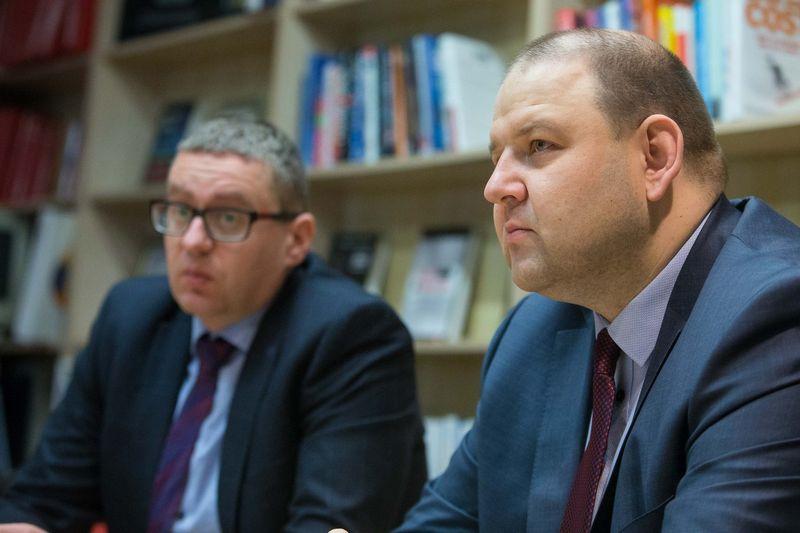 """Iš kairės: Žilvinas Petrauskas, draudimo brokerių įmonės """"Aon Baltic"""" vadovas, ir Robertas Šaltis, draudimo brokerių įmonės """"Balto Link"""" generalinis direktorius. Vladimiro Ivanovo (VŽ) nuotr."""