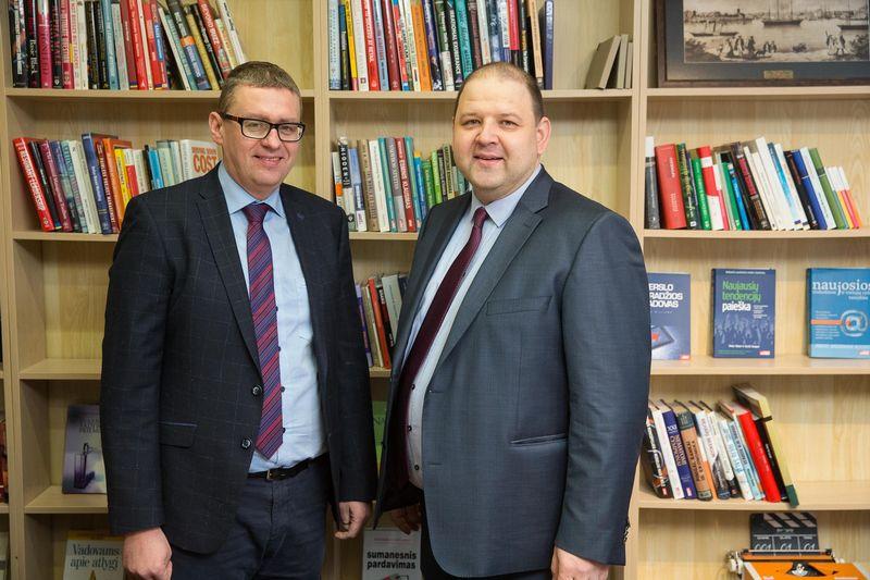 """Žilvinas Petrauskas, draudimo brokerių įmonės """"Aon Baltic"""" generalinis direktorius (kairėje), ir Robertas Šaltis, draudimo brokerių įmonės """"Balto Link"""" generalinis direktorius, nuo šiol dirbs išvien – dvi didžiausios rinkos konkurentės nuo šiol bus viena įmonė. Vladimiro Ivanovo (VŽ) nuotr."""