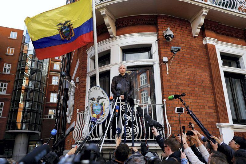 Julianas Assange'as Ekvadoro ambasadoje Londone. Peterio Nichollso (Reuters / Scanpix) nuotr.