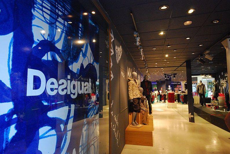 """""""Apranga"""" atsisakė specializuotų """"Desigual"""" parduotuvių"""