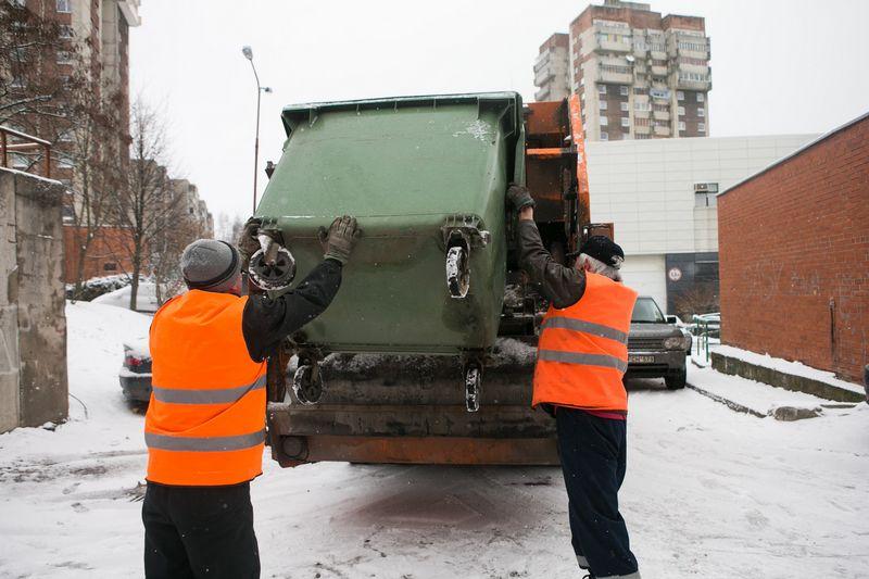 Atliekų įmonės teigia, kad nori nenori Lietuvai teks lengvinti procedūras atsivežti svetimšalių darbuotojų, antraip ateityje nebebus kam išvežti šiukšles iš mūsų kiemų. Juditos Grigelytės (VŽ) nuotr.