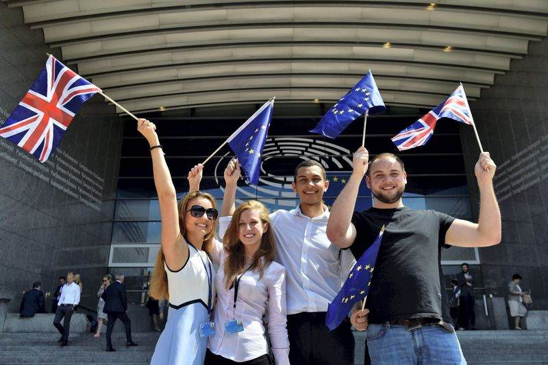 """Britų studentai prie Europos parlamento. Erico Vidalio (""""Reuters"""" / """"Scanpix"""") nuotr."""