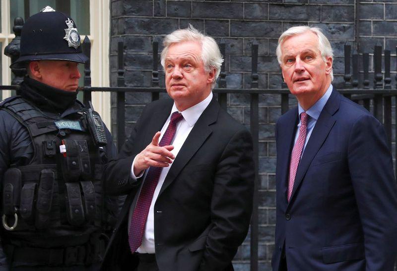 """Michelis Barnier (dešinėje), ES vyriausiasis """"Brexit"""" derybininkas, pirmą kartą nuo derybų pradžios apsilankė Londone, kur susitiko su Davidu Davisu, JK derybininku. Hannah Mckay (Reuters / Scanpix) nuotr."""