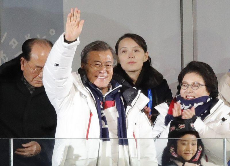 """Pietų Korėjos prezidentas Moon Jae-inas su žmona, o už jų stovi Šiaurės Korėjos lyderio sesuo. Kim Kyung-Hoono (""""Reuters"""" / """"Scanpix"""") nuotr."""