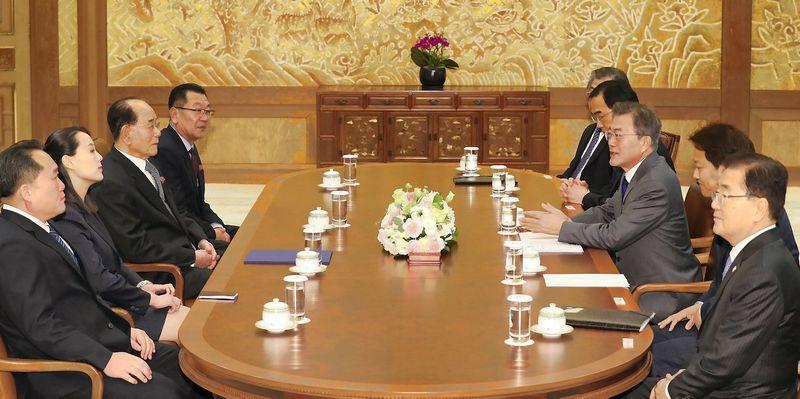"""Šeštadienį įvyko Šiaurės ir Pietų Korėjų delegacijų susitikimas. """"Reuters"""" / """"Scanpix"""" nuotr."""