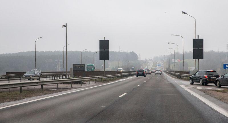Kleboniškio tiltas per Nerį ties Kaunu jau kuris laikas iš tranzitinio kelio yra virtęs miesto gatve.Juditos Grigelytės (VŽ) nuotr.