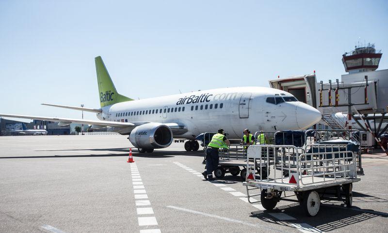 """""""AirBaltic"""" lėktuvas Vilniaus oro uoste. Juditos Grigelytės (VŽ) nuotr."""