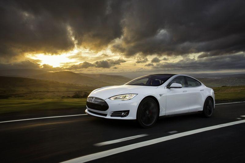 """2017 m. """"Tesla Model S"""" tapo geriausiai perkamu automobiliu savo segmente, aplenkdamas prestižinius vokiškus automobilius. """"Newspress"""" nuotr."""