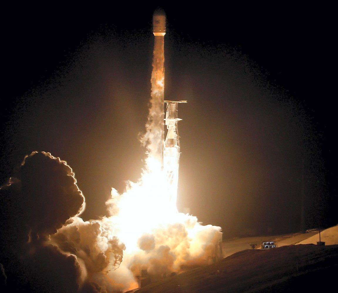 """""""SpaceX"""" paleido pirmuosius 2 internetą tieksiančius palydovus"""