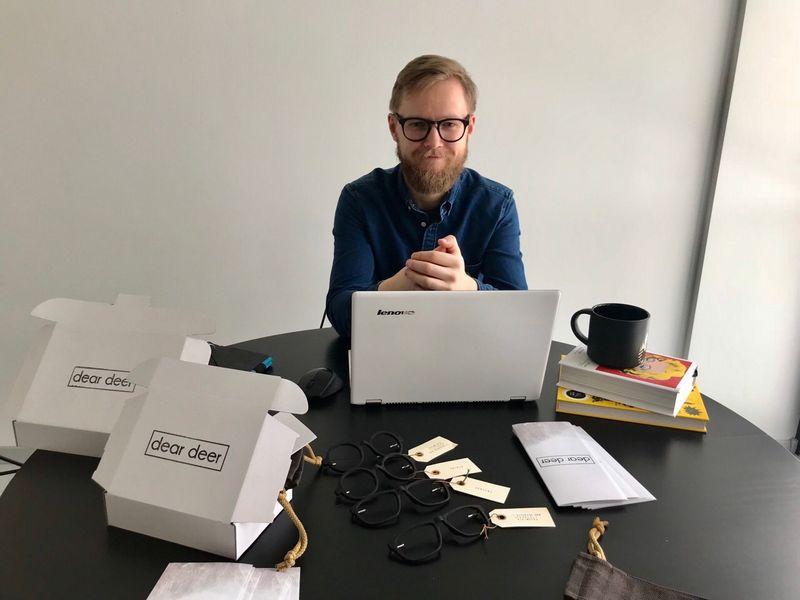 """Justas Šidlauskas, """"Dear Deer"""" įkūrėjas: """"Noriu pasiekti, kad akiniai būtų gaminami asmeniškai pagal veido duomenis – panašiai, kaip drabužis siuvamas specialiai konkrečiam žmogui."""" Bendrovės nuotr."""