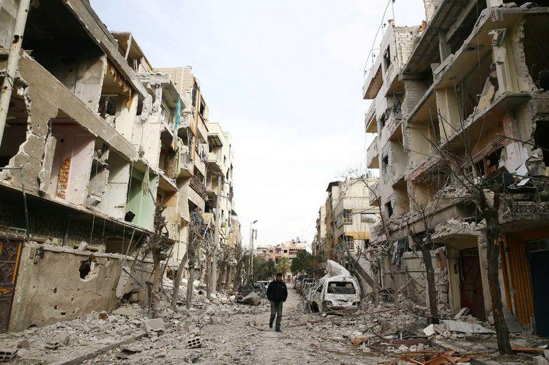 """Sirijos rytų Gutoje nesiliauja apsiaustis. Bassamo Khabieho (""""Reuters""""/""""Scanpix"""") nuotr."""
