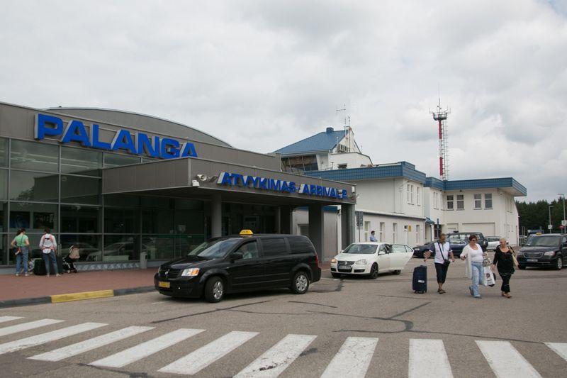 Tikimasi, kad naujos trumpalaikio stovėjimo vietos sumažins eismo spūstis prie oro uosto. 15min nuotr.