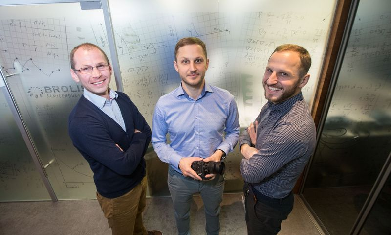 """UAB """"Brolis Semiconductors"""" įkūrėjai iš kairės: Dominykas, Augustinas ir Kristijonas Vizbarai. Juditos Grigelytės (VŽ) nuotr."""