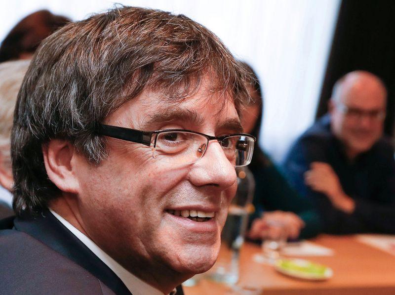 """Buvęs Katalonijos lyderis Carles Puigdemontas atsiėmė savo kandidatūrą antrai kadencijai. Yves Hermano (""""Reuters""""/""""Scanpix"""") nuotr."""
