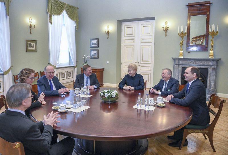 Prezidentė Dalia Grybauskaitė susitiko su Seimo Europos reikalų ir Užsienio reikalų komitetų vadovybe. Roberto Dačkaus (Prezidento kanceliarija) nuotr.