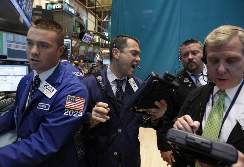 """Vasario mėnuo JAV akcijoms buvo blogiausias per pastaruosius dvejus metus. Brendano McDermido (""""Reuters"""" / """"Scanpix"""") nuotr."""
