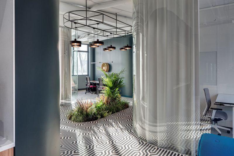 """Bendradarbystės ir aptarnaujamų biurų erdvę """"Monday Office"""" sudaro privačios studijos, susitikimų kambariai ir atvira erdvė darbui. Norbert Tukaj nuotr."""