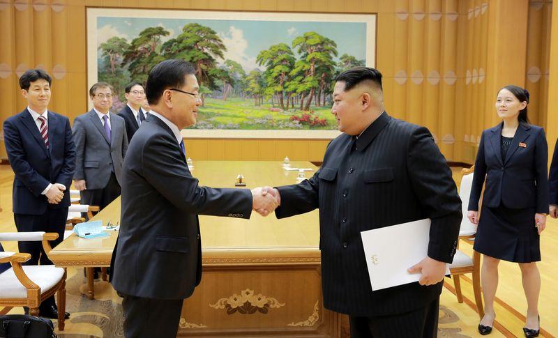 "Kim Jong-unas (dešinėje) Pchenjane susitiko su Pietų Korėjos pareigūnų delegacija. KCNA / ""Reuters"" / ""Scanpix"" nuotr."