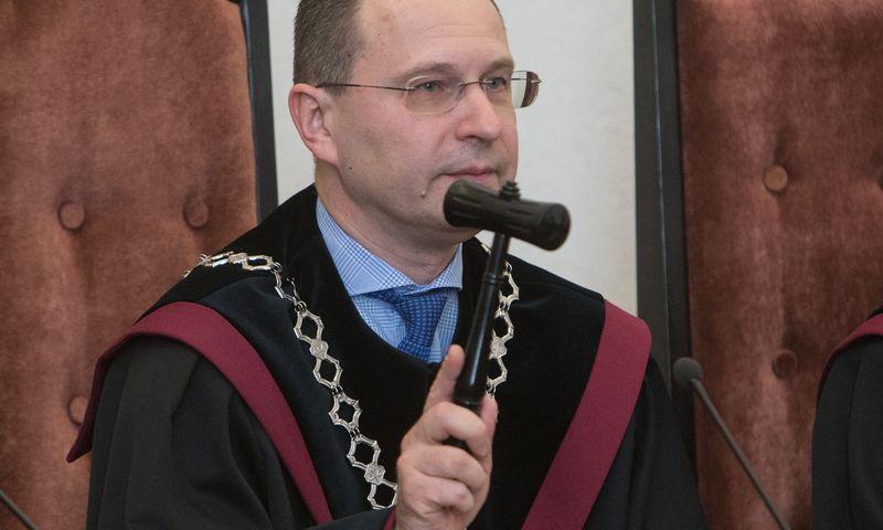 """Dainius Žalimas, Konstitucinio Teismo pirmininkas, perskaitė ir paaiškino šio Teismo """"galutinę ir neskundžiamą"""" išvadą dėl ministrų atsakomybės už priimamus administracinius sprendimus. Juditos Grigelytės (VŽ) nuotr."""