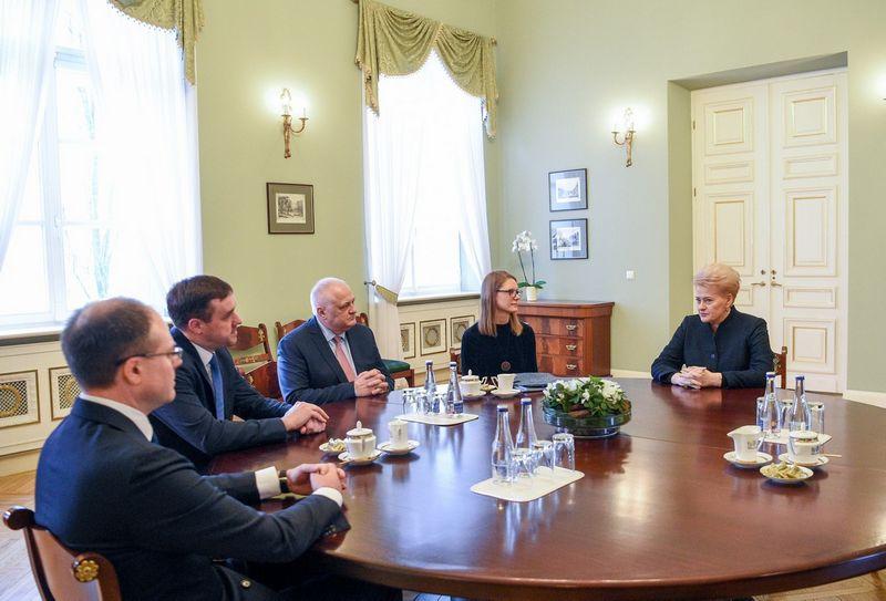 Prezidentė Dalia Grybauskaitė su keliais ekspertais aptarė savo pasiūlymus dėl viešojo sektoriaus sistemos skaidrinimo. Roberto Dačkaus (LR Prezidento kanceliarija) nuotr.