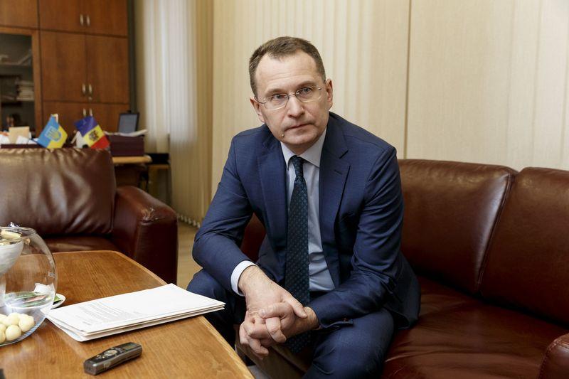 Dainius Žalimas, KT pirmininkas, tvirtina, kad siekdamas išvengti kaltinimų politikavimu Seimo narių grupių paklausimus net ir aktualiausiais klausimais Teismas stato į bendrą svarstymų eilę. Vladimiro Ivanovo (VŽ) nuotr.
