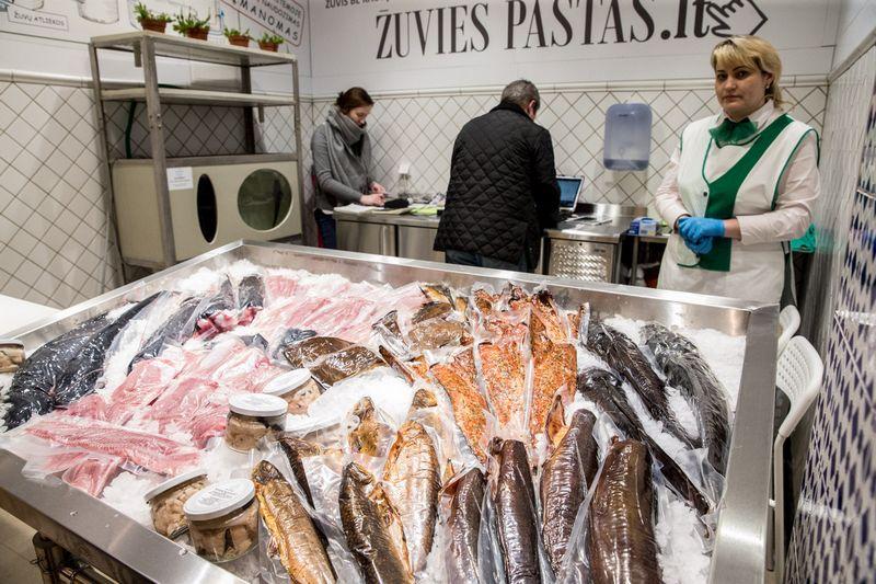 """""""Žuvies pašto"""" prekyvietė Benedikto turguje. Juditos Grigelytės (VŽ) nuotr."""