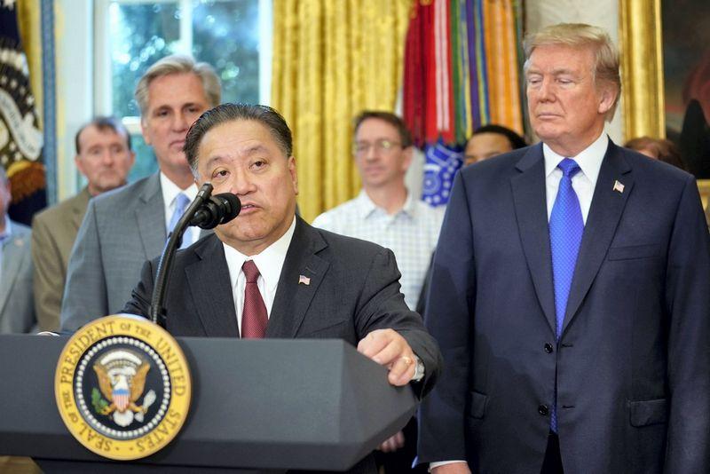 """Prezidento Donaldo Trumpo susitikimas su Hocku Tanu, """"Broadcom vadovu. Carloso Barrios (""""Reuters"""" / """"Scanpix"""") nuotr."""