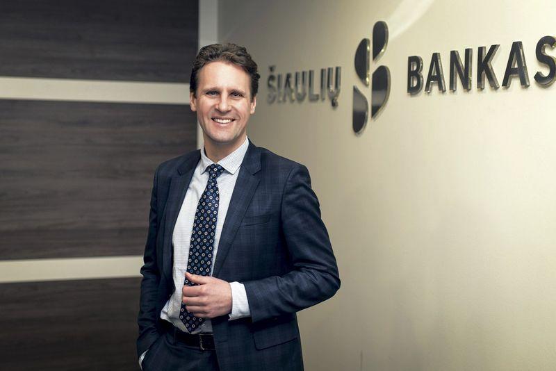 Vytautas Sinius, Šiaulių banko administracijos vadovas, akcentuoja paprastą taisyklę: jeigu įmonėje dirba įsitraukę darbuotojai, tokia bendrovė džiaugiasi ir didesniu lojalių klientų skaičiumi. Ryčio Galadausko nuotr.