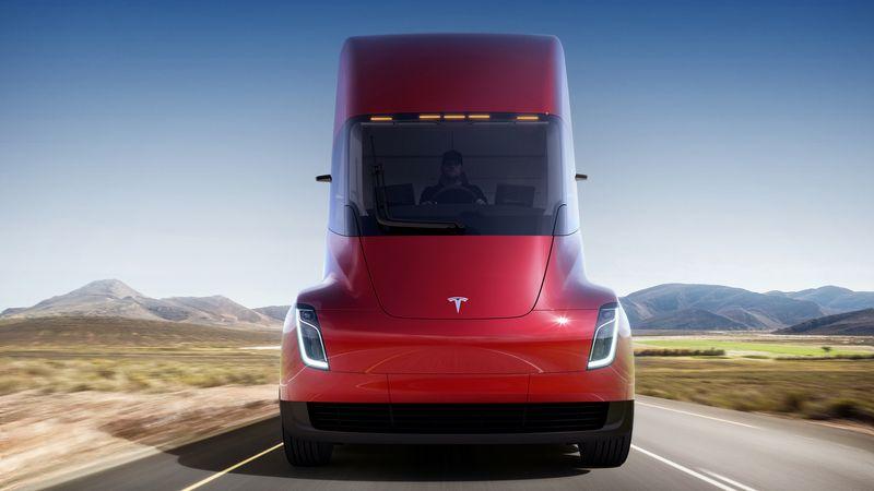 """Kol """"Tesla Semi"""" perspektyva specialistams kelia abejonių, Europos gamintojai savo klientams parduoda elektra varomus sunkvežimius. """"Tesla Motors"""" nuotr."""