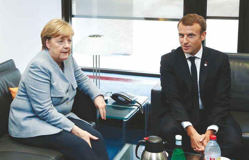 """Vokietijos kanclerei Angelai Merkel prireikė daugiau laiko parengti savo poziciją dėl Prancūzijos lyderio Emmanuelio Macrono anksčiau teiktų pasiūlymų. Francois Lenoir (""""Reuters"""" / """"Scanpix"""") nuotr."""