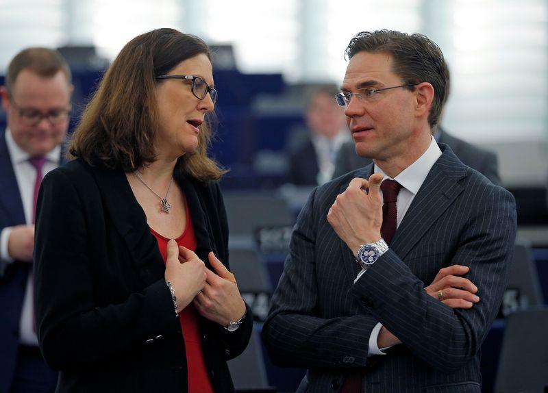 """Cecilia Malmstrom, ES prekybos komisarė ir EK vicepirmininkas Jyrki Katainenas. Vincento Kesslerio (""""Reuters"""" / """"Scanpix"""") nuotr."""