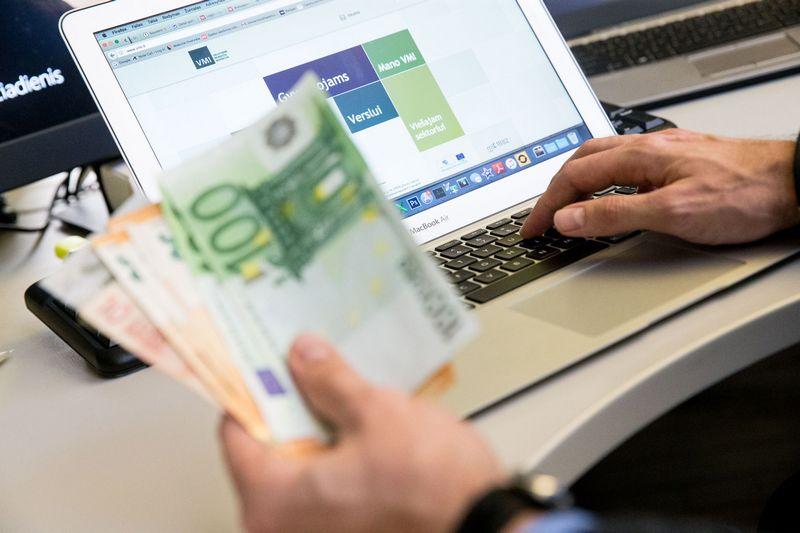 Patartina kaupti dokumentus, kurie patvirtina pajamų banko sąskaitoje kilmę ir pobūdį.  Juditos Grigelytės (VŽ) nuotr.