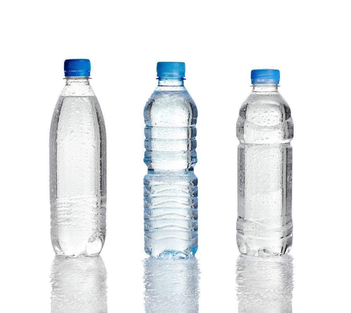 Į butelius supilstytame vandenyje rasta plastiko dalelių
