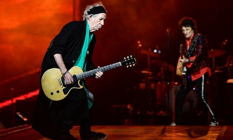 """73-ejų """"The Rolling Stones"""" gitaristas Keithas Richardsas savo rankas apdraudęs 1,6 mln. USD. Stina Stjernkvist/REUTERS (SCANPIX) nuotr."""