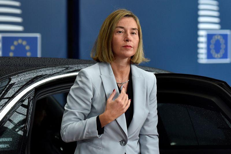"""Federicos Mogherini teigimu, ES turi priemonių, kurios gali būti panaudotos atremiant hibridinio karo grėsmę. """"Reuters"""" nuotr."""