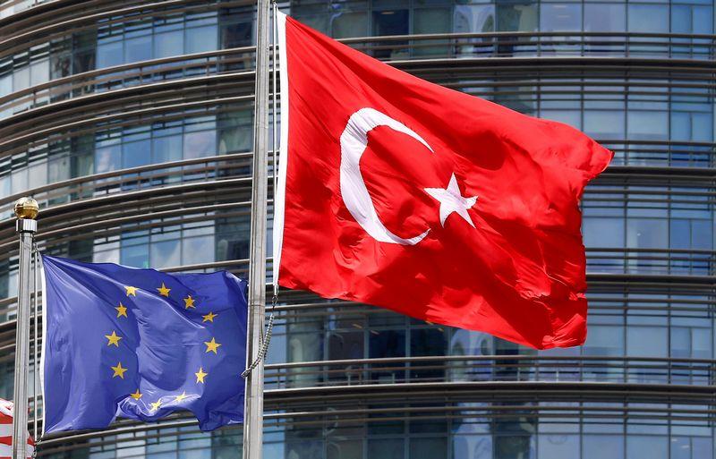 """Europos Sąjungos ir Turkijos vėliavos.  Murado Sezero (""""Reuters""""/ """"Scanpix"""") nuotr."""