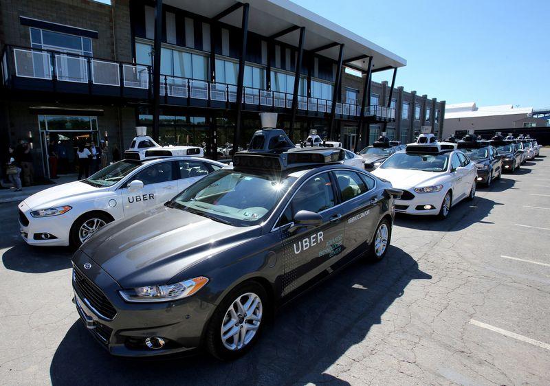 """""""Uber"""" savivaldžiai automobiliai Pitsburge. Aarono Josefczyko (""""Reuters"""" / """"Scanpix"""") nuotr."""