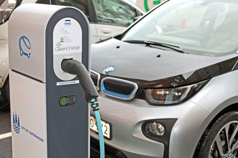 Jau kurį laiką nedidelėmis serijomis elektromobilius gaminanti BMW nesiveržia pereiti prie masinės jų gamybos. Koncerno nuotr.