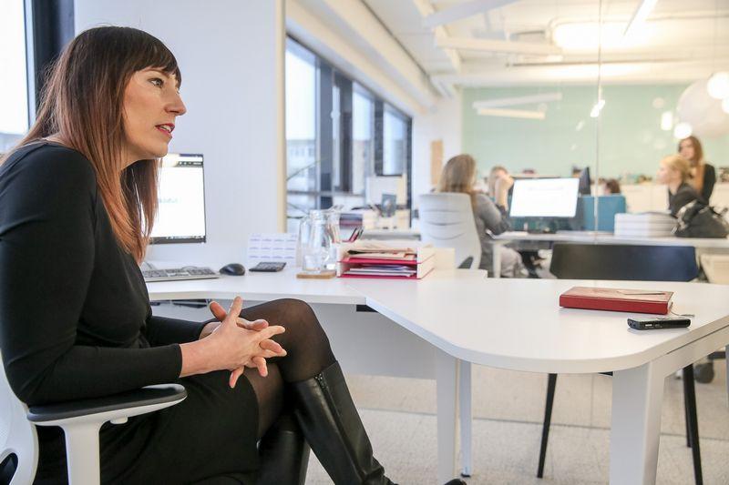 """Vilūnė Spaičė, UAB """"Douglas LT, vadovė: """"Darbuotojai gali naudotis visomis biuro erdvėmis, tik svarbu laikytis taisyklės – erdvę palikti tvarkingą.""""  Vladimiro Ivanovo (VŽ) nuotr."""
