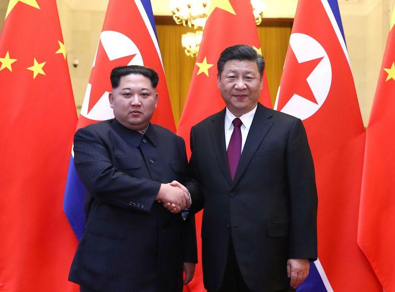 """Šiaurės Korėjos lyderis Kim Jong-unas ir Kinijos prezidentas Xi Jinpingas. Ju Pengo (""""Xinhua"""" / """"Scanpix"""")  nuotr."""
