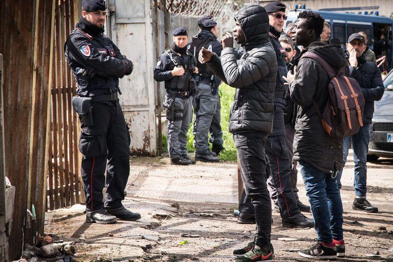 """Italijos policija suintensyvino antiteroristinius reidus Romoje ir kituose miestuose. Andrea Ronchini (""""Sipa"""" / """"Scanpix"""") nuotr."""