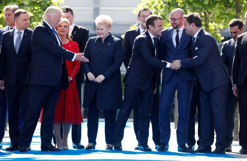 Dalia Grybauskaitė, Lietuvos prezidentė, ir Donaldas Trumpas, JAV vadovas, NATO viršūnių susitikime. Christiano Hartmanno (Reuters / Scanpix) nuotr.