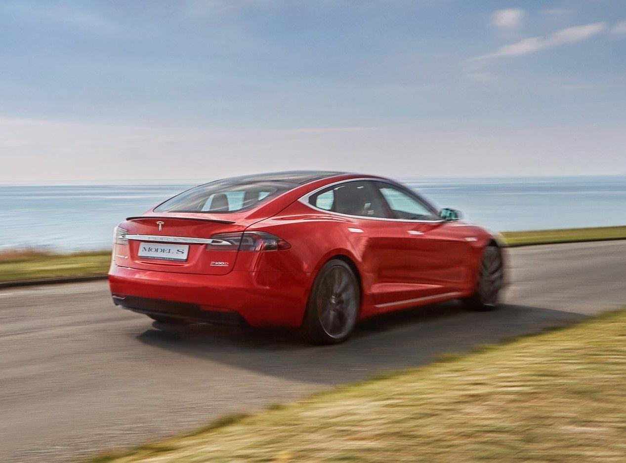 """""""Teslos"""" sunkumai tęsiasi: remontui atšaukiami ankstyvieji """"Model S"""""""