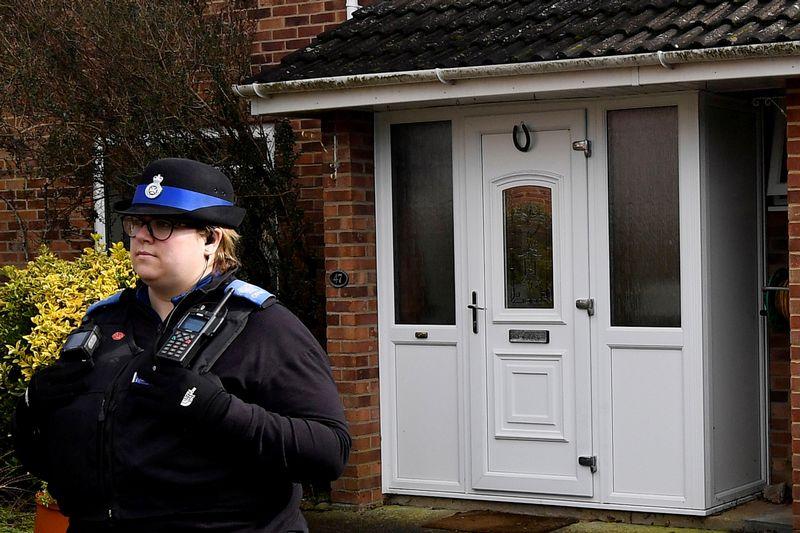 """Policijos pareigūnai prie  Sergejaus Skripalio namų Jungtinėje Karalystėje. Toby Melville (""""Reuters"""" / """"Scanpix"""") nuotr."""