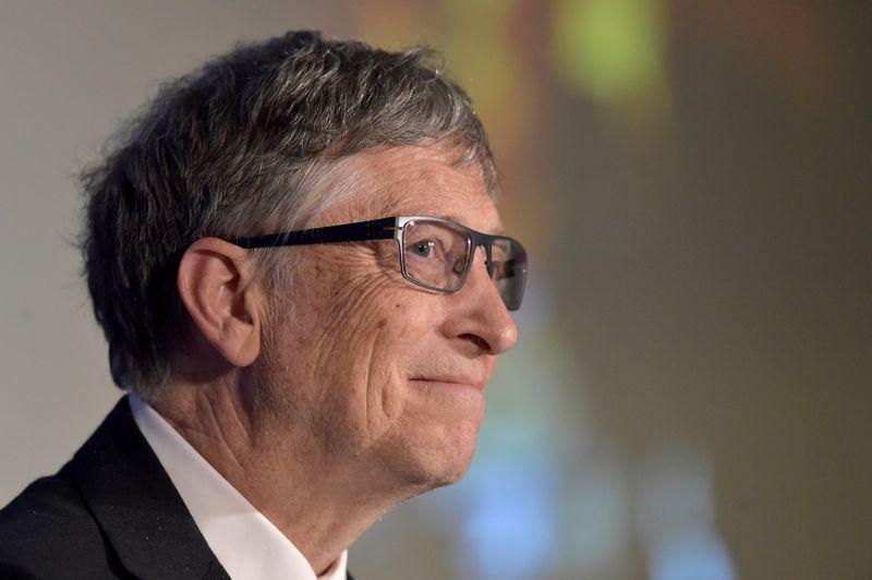"""Vienas turtingiausių pasaulio žmonių Billas Gatesas skaito daug knygų ir mėgsta jas populiarinti. Erico Vidalo (""""REUTERS"""") nuotr."""