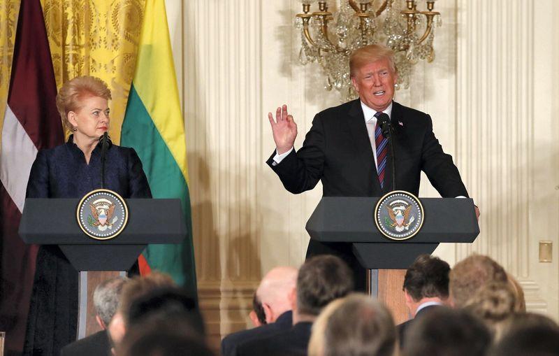 """Dalia Grybauskaite su JAV prezidentu Donaldu Trumpu susitiko antradienį Vašingtone. Po prezidentų susitikimo vyko verslo forumas. Carlos Barria (""""Scanpix""""/""""Reuters"""") nuotr."""
