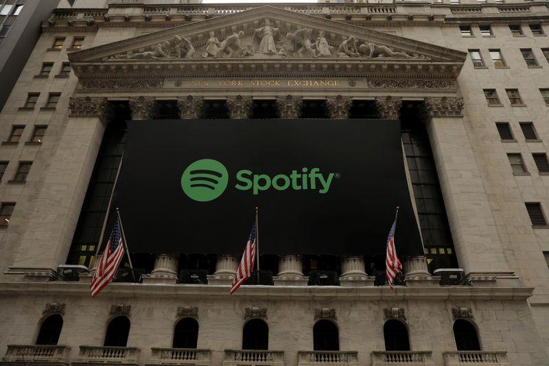 """Spotify""  logotipas ant Niujorko biržos fasado. Lucaso Jacksono nuotr.  (""Reuters"" / ""Scanpix"")"
