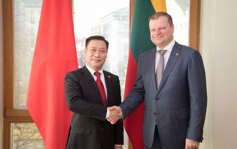 Premjeras Saulius Skvernelis ir Kinijos ambasadorius Zhifei Shen. lrv.lt nuotr.